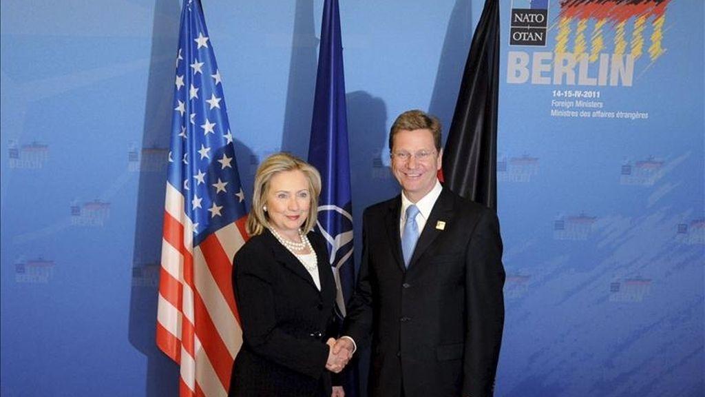 El ministro alemán de Asuntos Exteriores, Guido Westerwelle (d), posa con la secretaria de Estado de EEUU, Hillary Clinton, durante la segunda jornada de la cumbre de ministros de Asuntos Exteriores de la OTAN celebrada en Berlín (Alemania), hoy, viernes 15 de abril de 2011. EFE