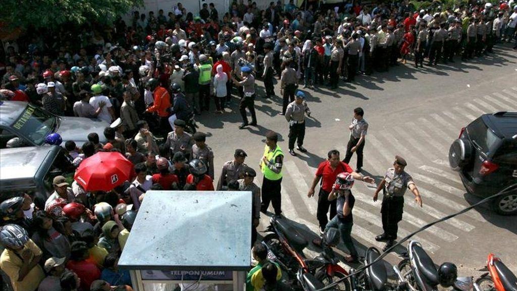 Policías indonesios despejan la zona cerca de la explosión de la bomba en Ciberon, la provincia de Java Oriental, Indonesia. EFE