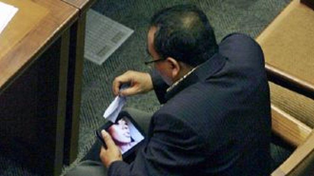 El militante del partido musulmán Prosperidad y Justicia en el momento en que miraba un vídeo porno en su tablet. Foto AP