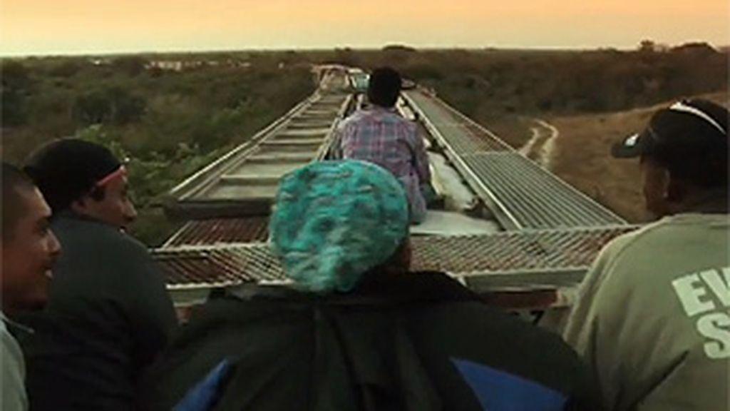 Fotograma del documental 'La bestia' del director mexicano Pedro Ultreras que narra el largo viaje de los inmigrantes latinoamericanos y las penurias que viven para llegar a EEUU.