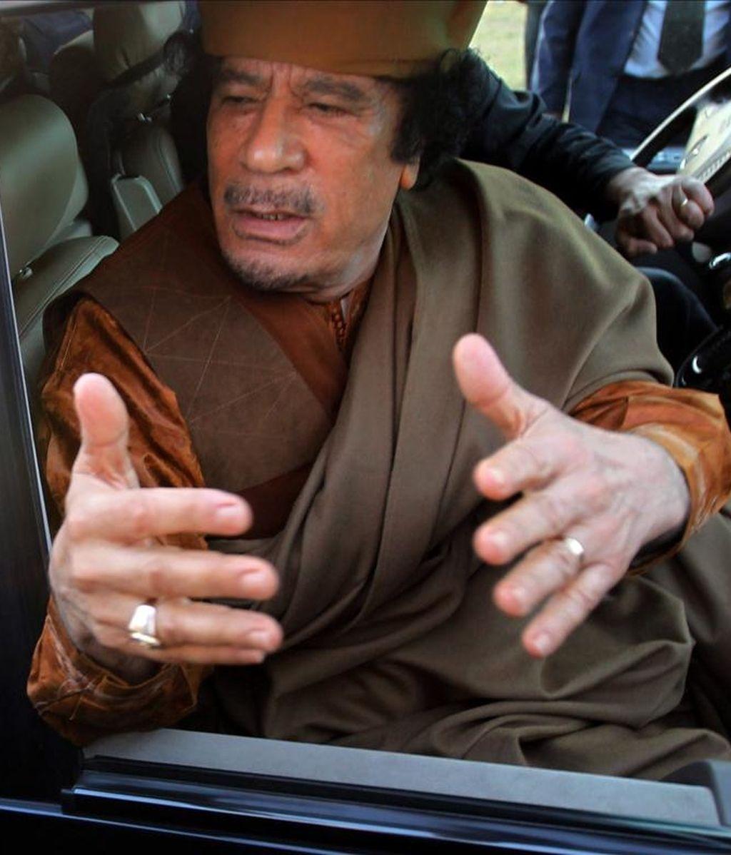 El líder libio, Muamar el Gadafi, habla desde un vehículo tras una reunión con la delegación de líderes de la Unión Africana el 10 de abril de 2011, en el complejo militar de Bab Al Azizia, en Trípoli (Libia). EFE/Archivo