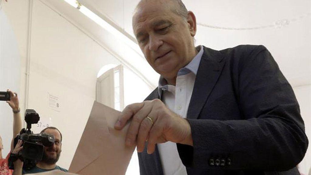 Fernández Díaz, increpado a su salida del colegio electoral