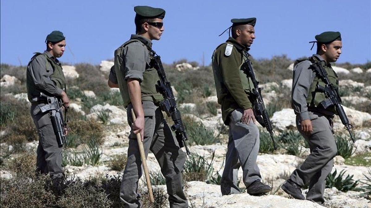 Soldados israelíes intenta poner freno a la celebración de una protesta contra el conflictivo muro de separación, en la ciudad cisjordana de Beit Oala, cerca de Hebrón. EFE