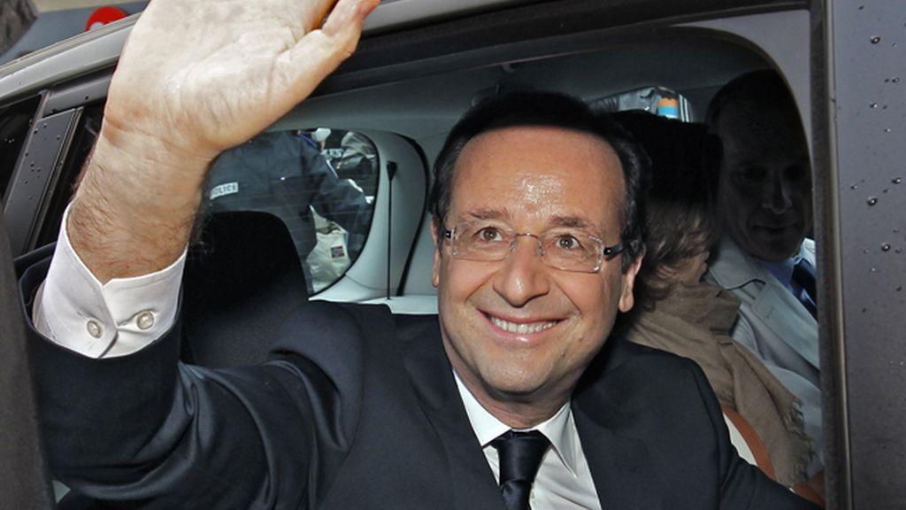 El candidato socialista François Hollande a la salida del colegio electoral