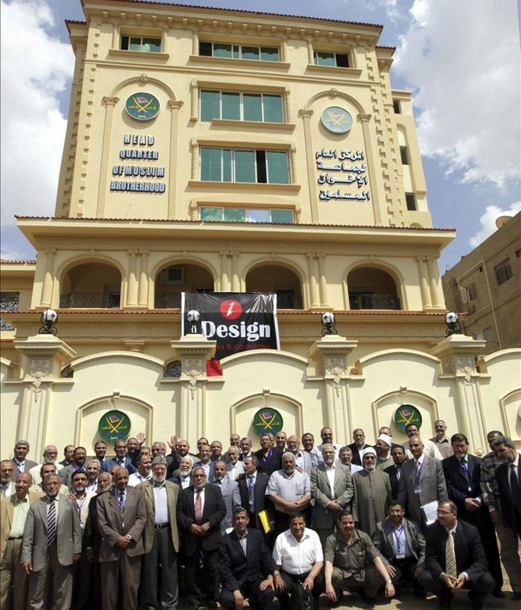 """Foto de familia de los miembros de la Shura de los Hermanos Musulmanes tras su reunión en El Cairo (Egipto), hoy, sábado 30 de abril de 2011. Los Hermanos Musulmanes presentaron hoy a los líderes del nuevo partido """"La libertad y la justicia"""" que encabezarán la lista a los comicios legislativos de septiembre. EFE"""