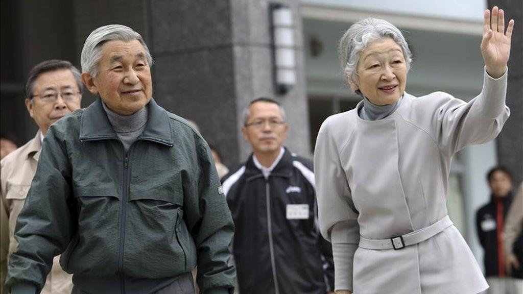 Los emperadores de Japón, Akihito (i) y Michiko (d), saludan a los estudiantes al llegar al colegio Nakamura Daini en Soma, Japón, hoy, miércoles, 11 de mayo de 2011. El viaje de los emperadores se produce cuando se cumplen dos meses del seísmo de nueve grados Richter del 11 de marzo, que desencadenó el devastador tsunami y la crisis nuclear en la planta. EFE
