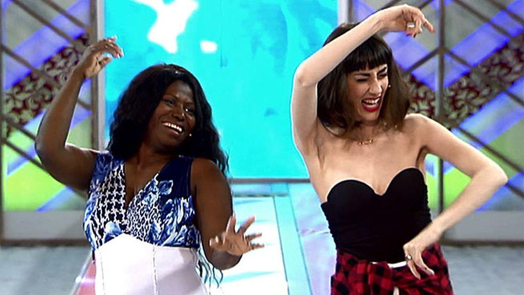 ¡Qué arte tienen bailando sevillanas Nimia y Natalia Ferviú!