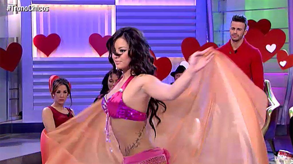 Cristian, encantado con la sensual danza del vientre de Ashley, su nueva pretendienta