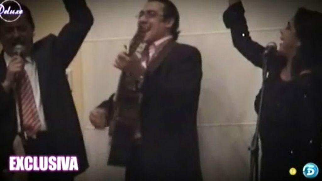 La pareja acude a una boda y la disfrutan bailando y cantando