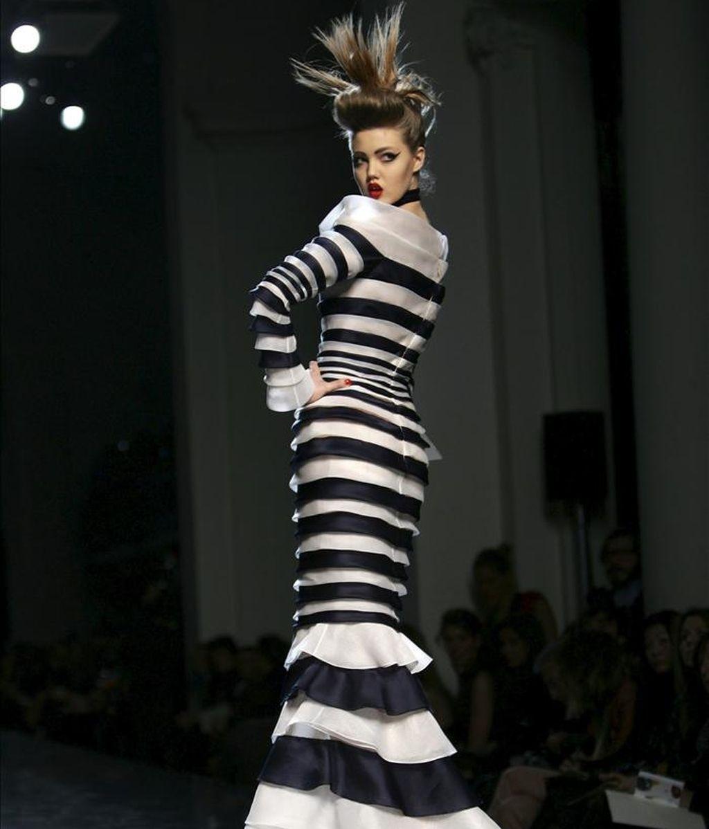 Una modelo desfilando con una creación primavera-verano 2011 del diseñador francés Jean Paul Gaultier durante la Semana de la Alta Costura de París el pasado enero. EFE