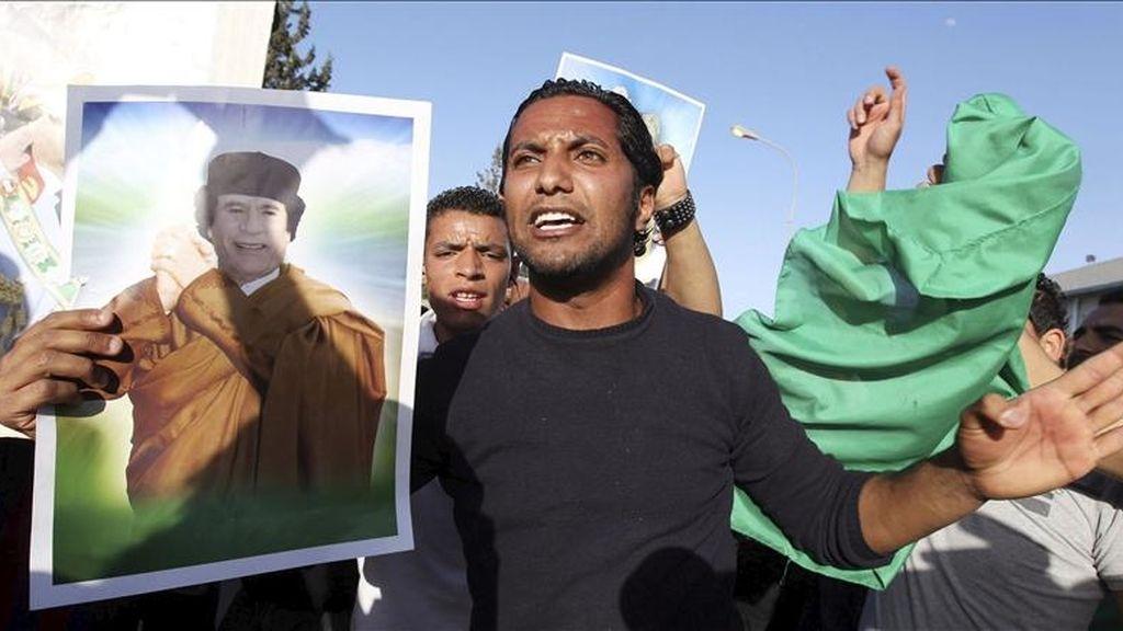 Libios afines al líder libio Muamar Gadafi se manifiestan tras el ataque aéreo de tropas de la OTAN sobre Trípoli, Libia. EFE
