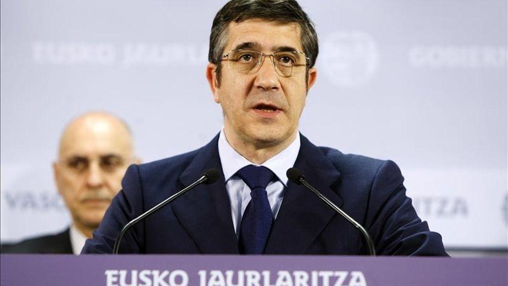 El lehendakari, Patxi López, durante la rueda de prensa que ofreció hoy en Vitoria, acompañado de los consejeros de su Ejecutivo para hacer balance de los dos años de legislatura. EFE