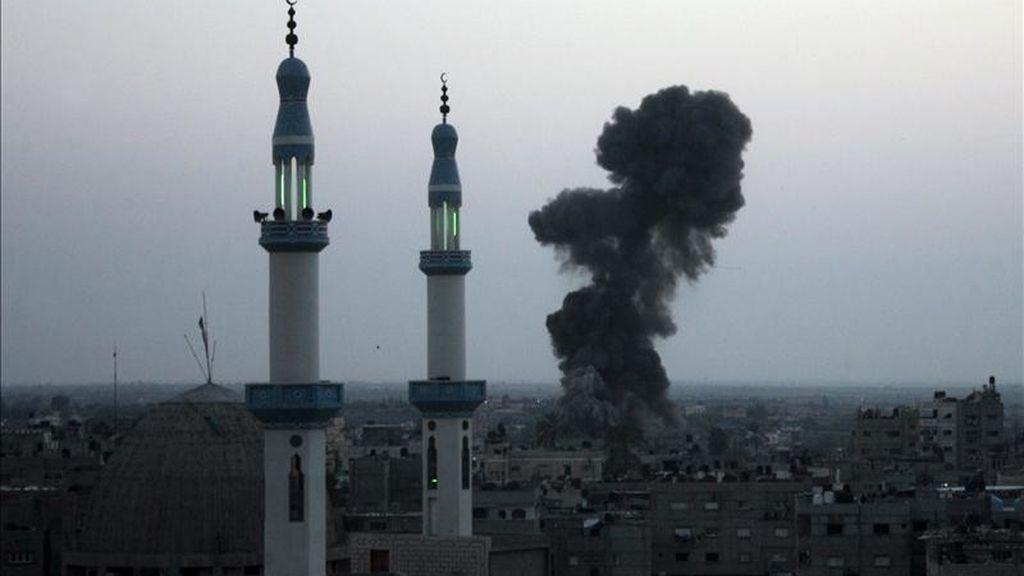 Una columna de humo se observa en Rafiah, sur de la Franja de Gaza. EFE