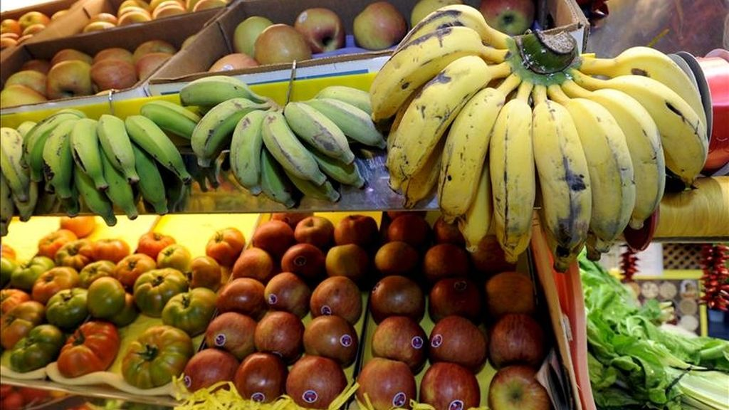 Platanos y manzanas en uno de los puestos del Mercado de Vegueta de Las Palmas de Gran Canaria. EFE/Archivo