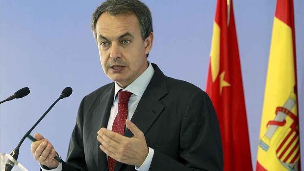 El presidente del Gobierno, José Luis Rodríguez Zapatero, durante la rueda de prensa que ofrecio tras la reunión que mantuvo hoy con inversores chinos, en la residencia del embajador español en Pekín. EFE