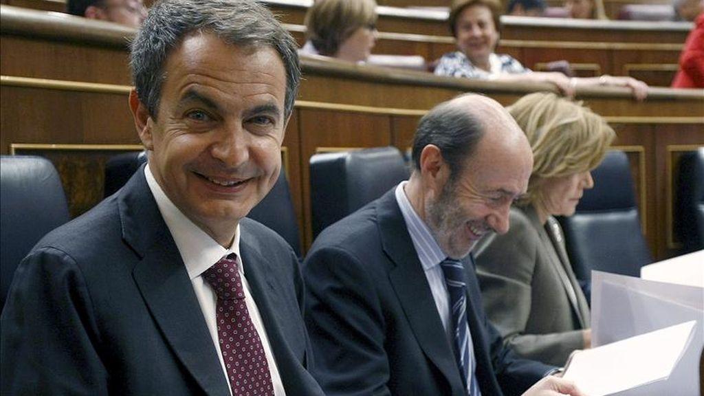 El presidente del Ejecutivo, José Luis Rodríguez Zapatero, junto a sus dos vicepresidentes, Alfredo Pérez Rubalcaba y Elena Salgado, durante la sesión de control al Gobierno del Pleno del Congreso. EFE