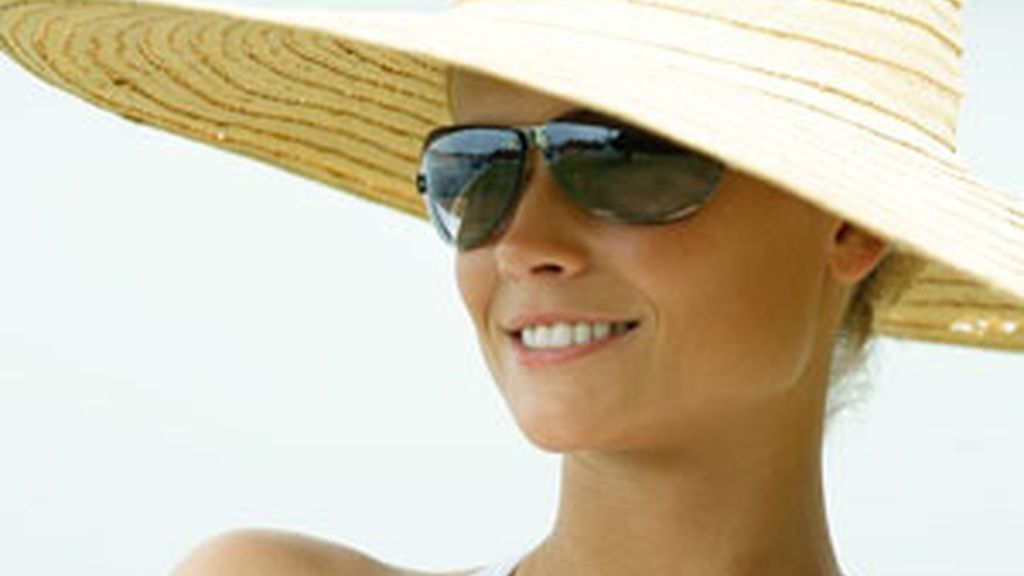 El uso de sombrero y gafas puede evitar problemas en la córnea y la retina FOTO: GTRES