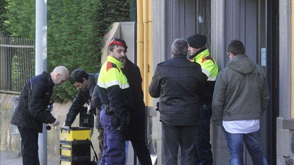 Policías científicos autonómicos ( Mossos d'Esquadra ), trabajan en los alrededores de la Caja Mediterránea de Olot, donde un hombre de 57 años acabó con la vida de dos empleados de la entidad bancaria, tras haber matado a tiros al jefe de la empresa de la construcción para la que trabajaba y a su hijo, que estaban en un bar de la Canya ( Girona), al parecer llevado por un ánimo de venganza por problemas económicos. EFE/Archivo