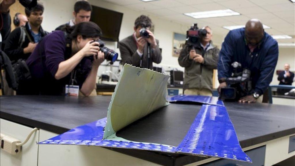 Empleados de la oficina de Seguridad Nacional en el Transporte, (NTSB, siglas en inglés), muestran parte del fuselaje de un Boeing 737 de las aerolínea Southwest accidentado, en el laboratorio de la NTSB en Washington, Estados Unidos. EFE