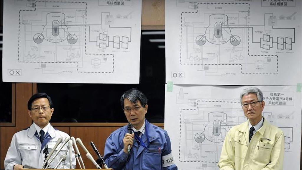 El subdirector general de la Agencia de Seguridad Industrial y Nuclear, Hideiko Nishiyama (i) y el oficial de la Comisión de Seguridad Nuclear (NSC) Kenkichi Hirose (c) ofrecen una rueda de prensa hoy en Tokio (Japón). La agencia japonesa decidió elevar la gravedad del accidente nuclear de Fukushima de 5 al máximo de 7, con lo que lo equipara con el ocurrido en Chernóbil (Ucrania) en 1986. EFE