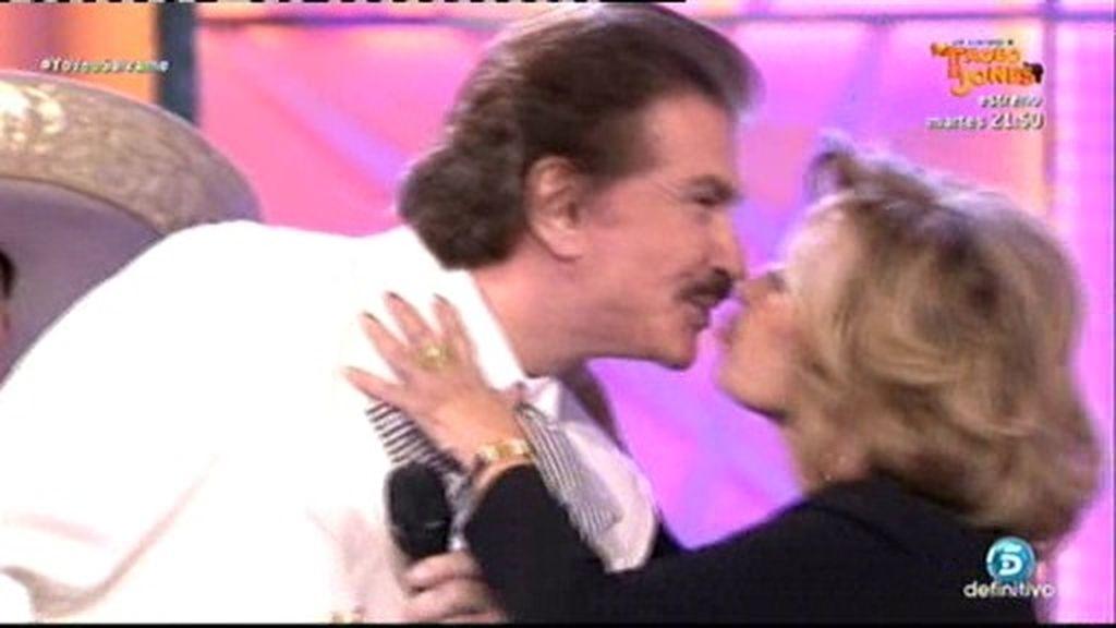 ¡Momentazo romántico!: Bigote Arrocet  y María Teresa  cantan y ¡se besan!
