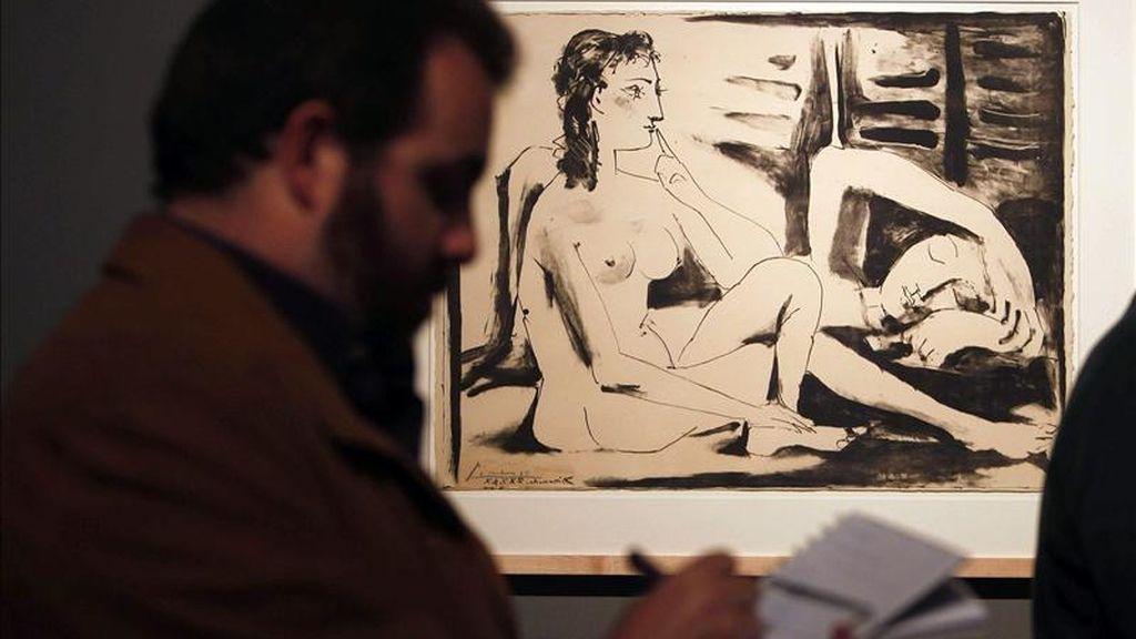 """Un hombre toma notas ante la obra """"Dona adormida"""" (Mujer dormida), fechada en 1947, una de las cuarenta litografías realizadas por Picasso entre 1945 y 1956 que se exhiben desde hoy en el Museo Picasso de Barcelona en una exposición que ilustra las diferentes técnicas utilizadas por el pintor malagueño y las innovaciones que aportó. EFE"""