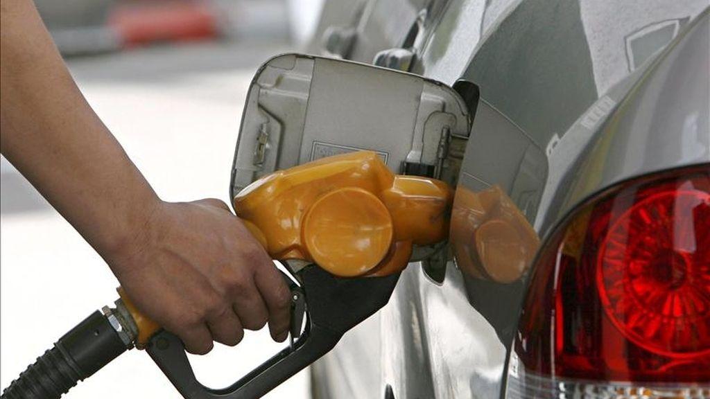 Un llena de gasolina el depósito de su automóvil. EFE/Archivo