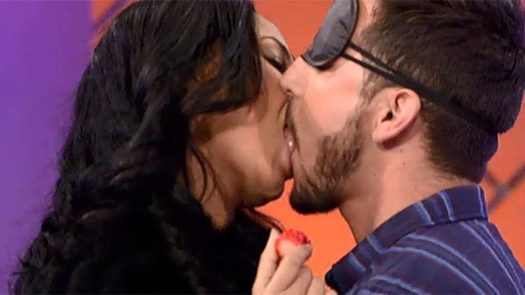 El beso más sabroso de Manu y Paola