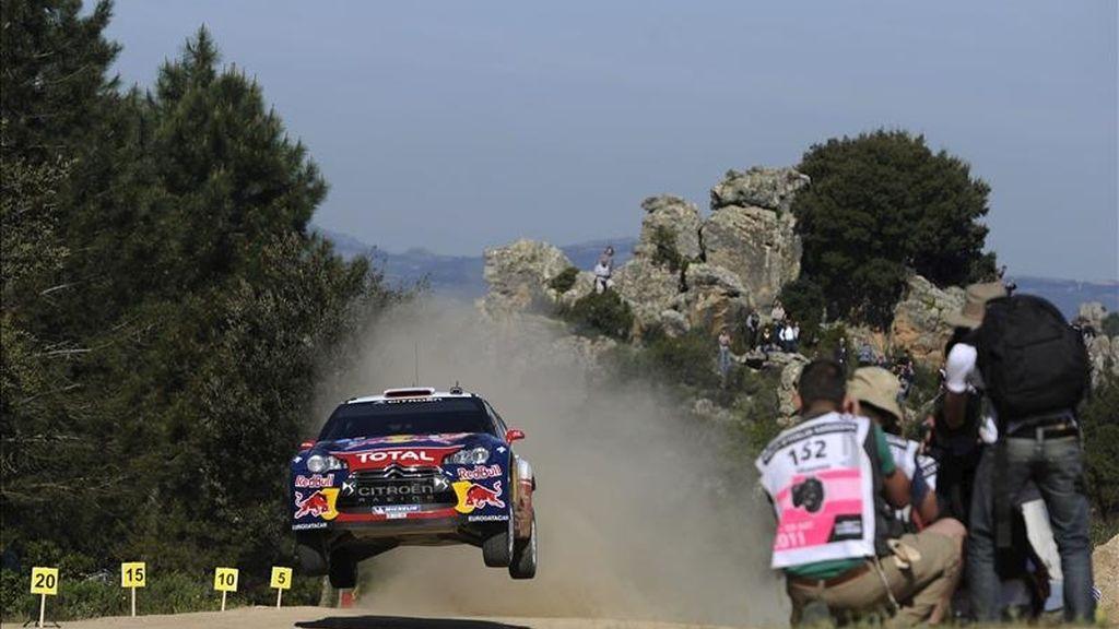 El piloto francés Sebastien Loeb, al volante de su Citröen DS3 WRC, participa en la segunda manga del rally de Cerdeña, quinta prueba del Mundial, ayer. EFE