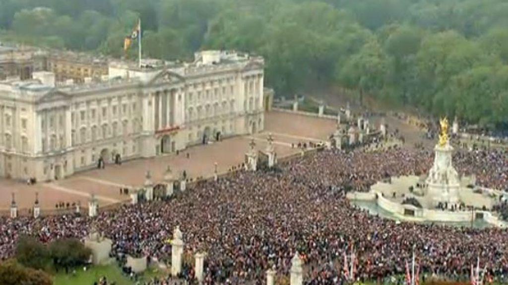 La gente espera la salida de los novios al balcón del palacio