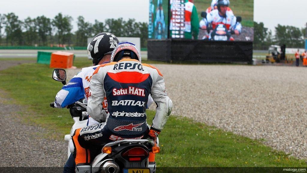 Stoner es retirado en moto tras su caída  en los libres de Assen