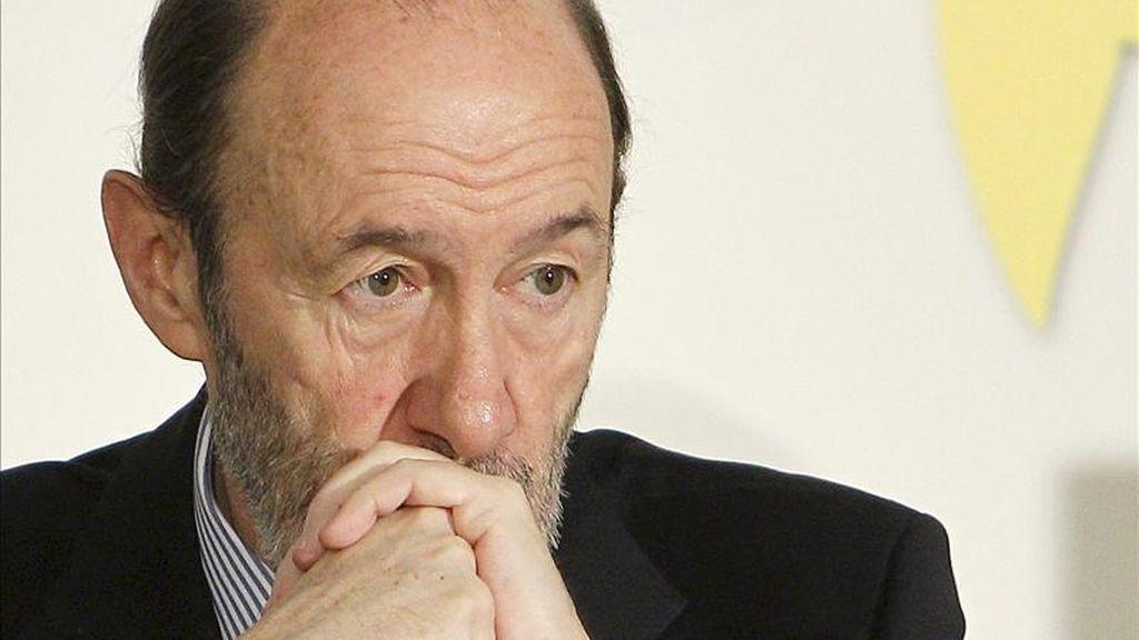 El vicepresidente primero del Gobierno, Alfredo Pérez Rubalcaba, ha afirmado hoy que España está dispuesta a participar en una misión humanitaria en Libia, en caso de que lo pida Naciones Unidas, realizando labores de acompañamiento y apoyo de convoyes con material. EFE/Archivo