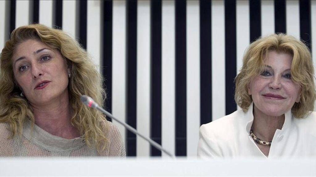 La baronesa Carmen Thyssen (d) y la actual directora de la Fundación Picasso, Lourdes Moreno, durante la rueda de prensa donde ha anunciado la designación de ésta como nueva directora artística del Museo Carmen Thyssen de Málaga. EFE