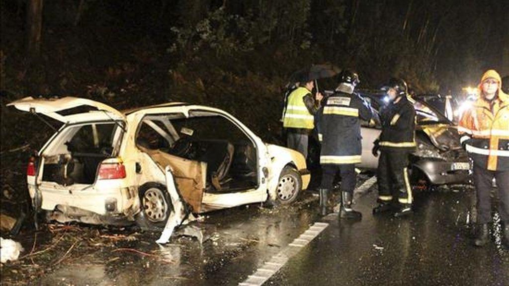 En la imagen, accidente mortal en el kilómetro 4,600 de la carretera PO552, en Galicia. EFE/Archivo