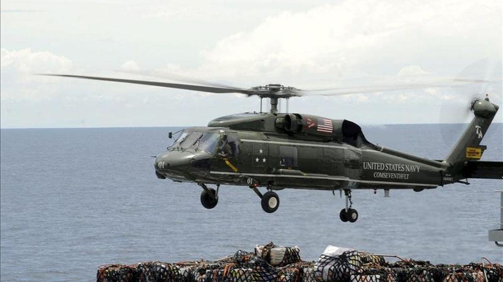 En la imagen, un grupo de marines de los EEUU observan como toma tierra un helicóptero. EFE/Archivo