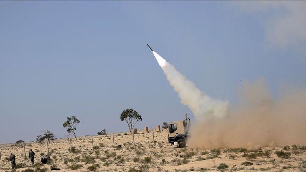 Rebeldes lanzando un cohete contra las tropas del líder libio, Muamar el Gadafi, en la estratégica ciudad oriental de Ajdabiya (Libia) hoy. EFE