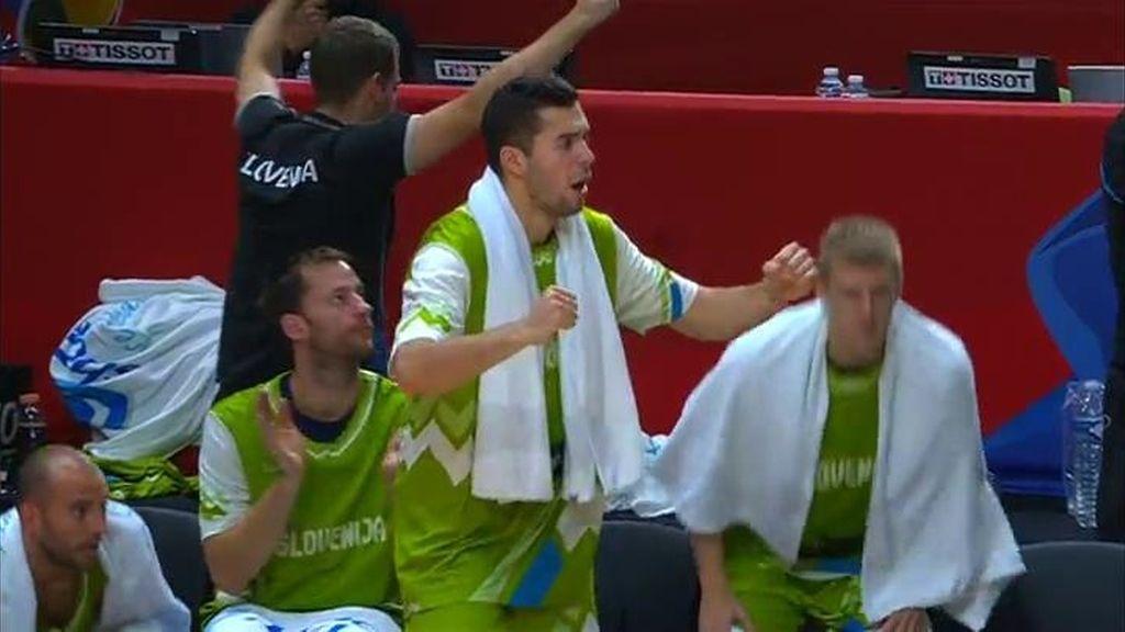 Balazic levanta al banquillo de Eslovenia anotando tras un espectacular doble reverso