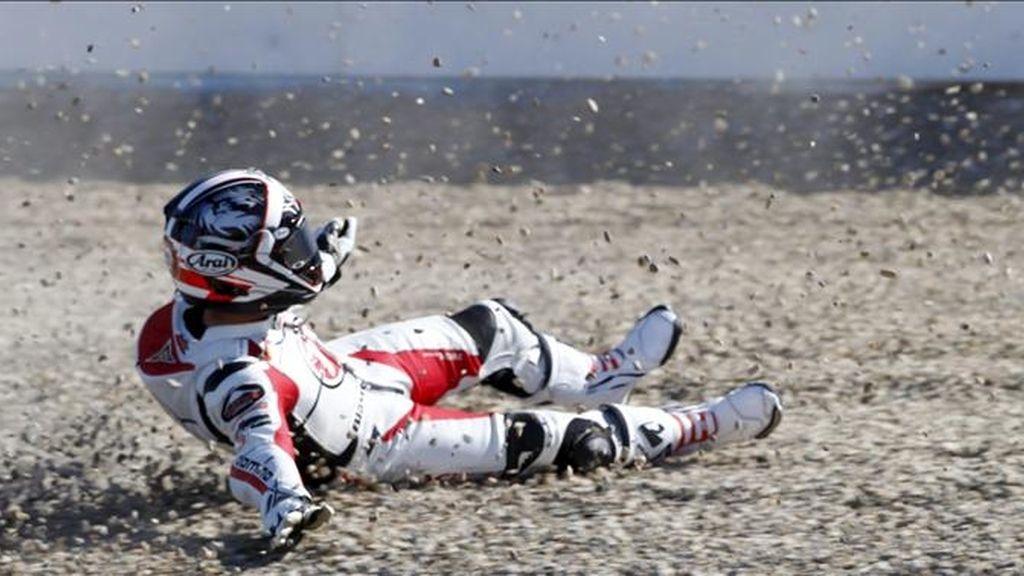 El piloto japonés de Moto2 Yuki Takahashi sufre una caída, durante los entrenamientos libres de la categoría, hoy en el circuito de Jerez (Cádiz), donde el domingo se disputa el Gran Premio de España. EFE