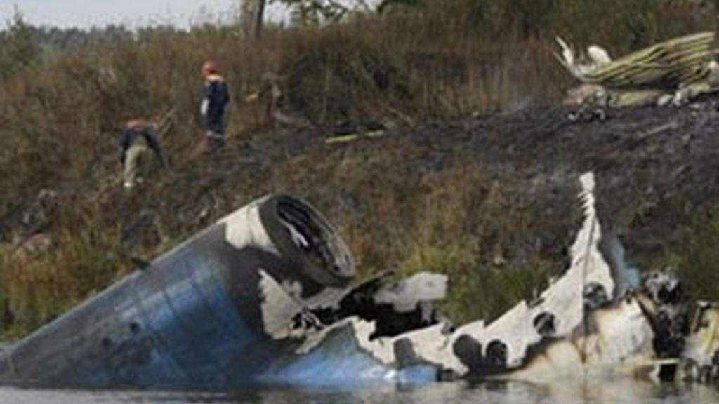 Los equipos de rescate trabajan en el río Volga, donde aparecen los restos del avión siniestrado. Vídeo: Informativos Telecinco