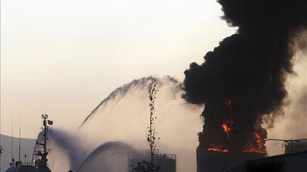 Imagen del incendio de un tanque de líquidos situado en el dique norte del puerto de Gibraltar. EFE