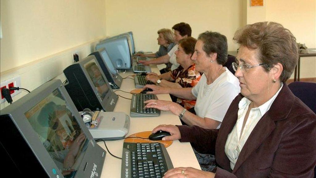 En la imagen, varias ancianas haciendo uso de ordenadores con conexión a Internet. EFE/Archivo