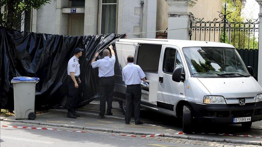 Unos oficiales de policía franceses trabajan en el exterior de una vivienda. EFE/Archivo