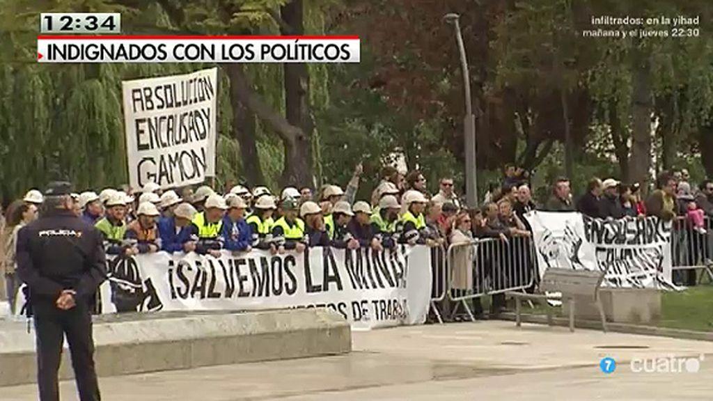 Vecinos protestan ante los políticos durante los actos de campaña electoral
