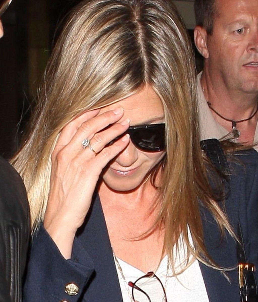 Jennifer Aniston luce anillo de compromiso