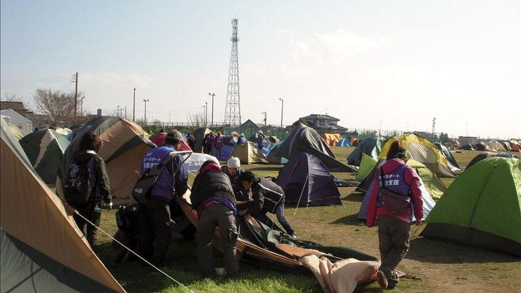 Limpiar barro, reparar casas o repartir comida: cientos de voluntarios trabajan estos días en la ciudad de Ishinomaki, arrasada por el tsunami del 11 de marzo y donde, poco a poco, algunas calles están volviendo a la vida. El campus de la Universidad de Senshu, en la parte alta de la ciudad, se ha convertido en el cuartel general de los jóvenes llegados de todo Japón para echar una mano. EFE