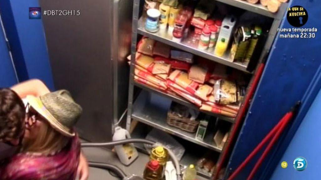 Yoli y Jonathan, a solas en el almacén