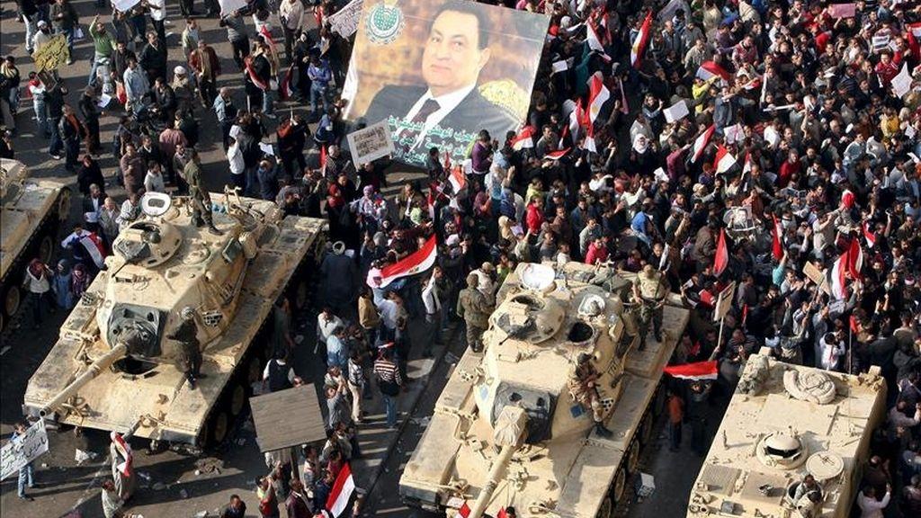 Soldados del ejército egipcio controlan a los manifestantes pro Mubarak, en la plaza Tahrir, epicentro de la revuelta popular de Egipto. EFE