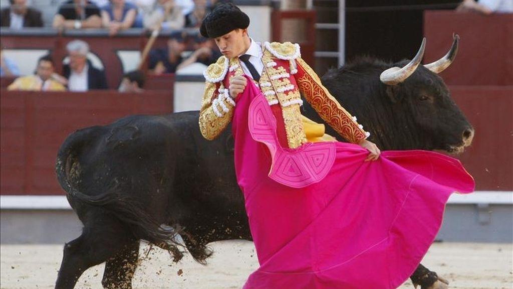 El diestro Matías Tejela durante la faena a su primero en la corrida de la Feria de San Isidro celebrada hoy en Las Ventas, en la que ha compartido cartel con Juan Bautista y Daniel Luque, con toros de Valdefresno. EFE