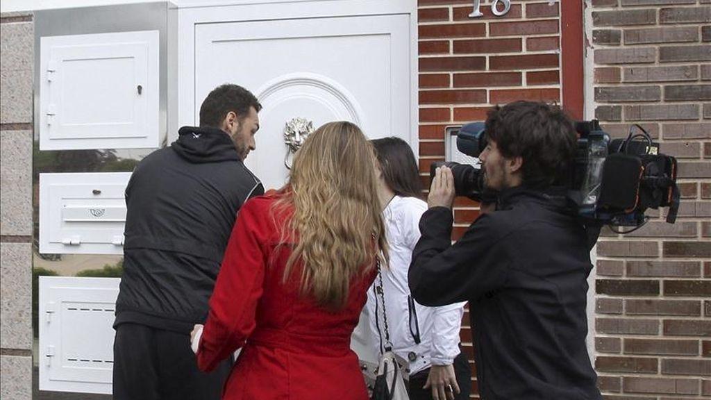 El marido de Marta Dominguez, Diego Bercianos (i) entra en su casa de Palencia asediado por periodistas a los que ha comentado que su esposa está contenta y que se encuentra bien de su embarazo. EFE