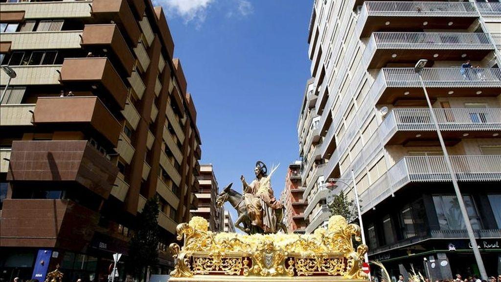 """Miles de personas han salido hoy a la calle, en Elche (Alicante), en la celebración de la tradicional procesión de la """"burreta"""", que cada Domingo de Ramos conmemora la entrada de Jesucristo en Jerusalén y que está declarada de interés turístico internacional desde 1997. EFE"""